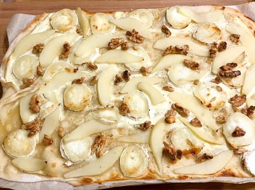 Flammkuchen mit Birne undZiegenkäse