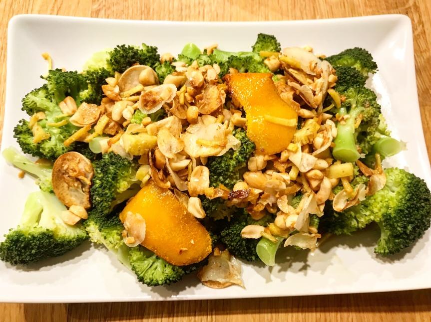 Brokkoli mit Orange, Sojasoße undErdnüssen