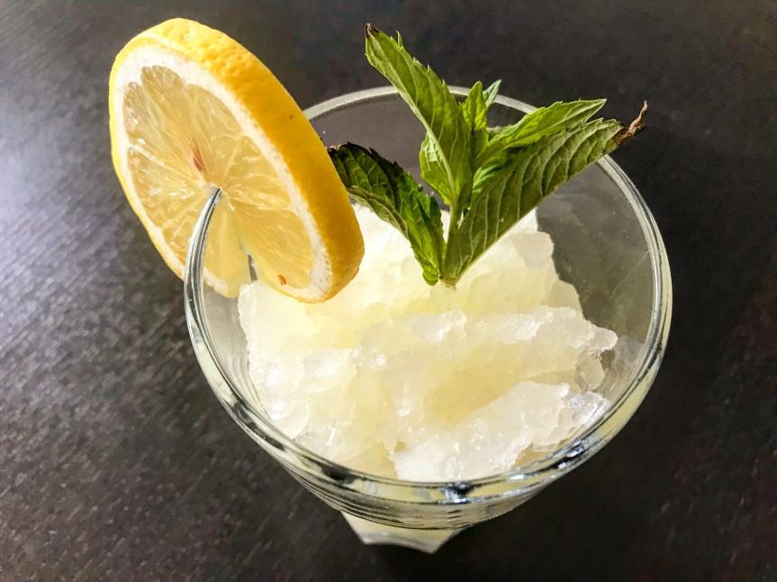 Erfrischende Zitrone-Minz-Granita
