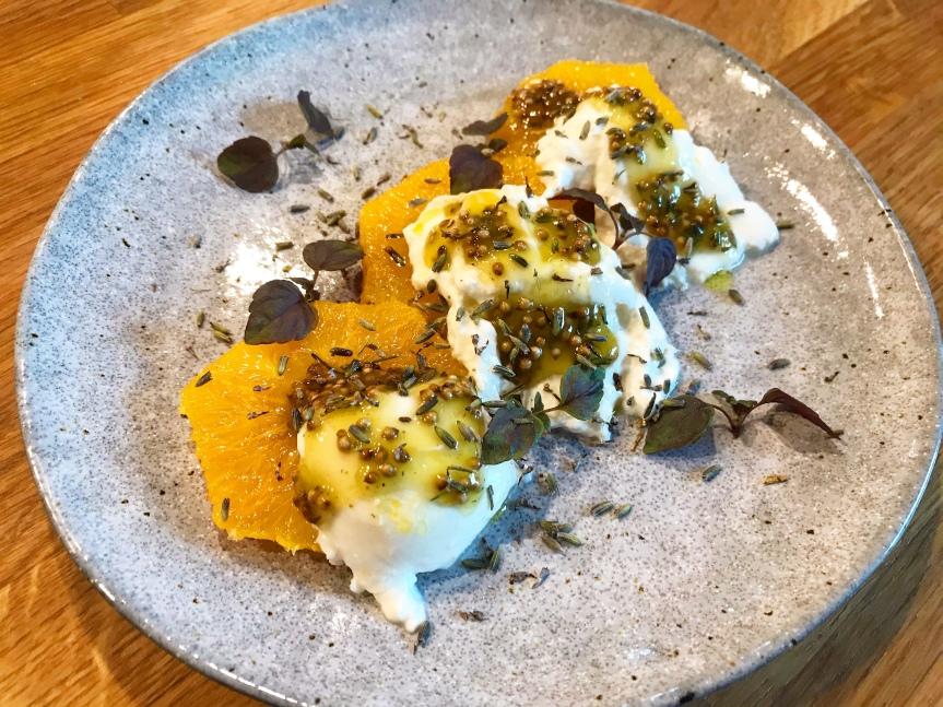 Burrata mit Orange und Lavendel-Honig-Dressing