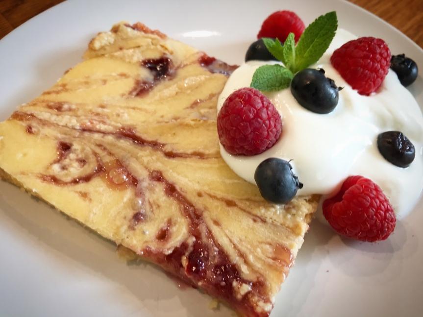 Erdnussbutter-Pfannkuchen mit Marmelade