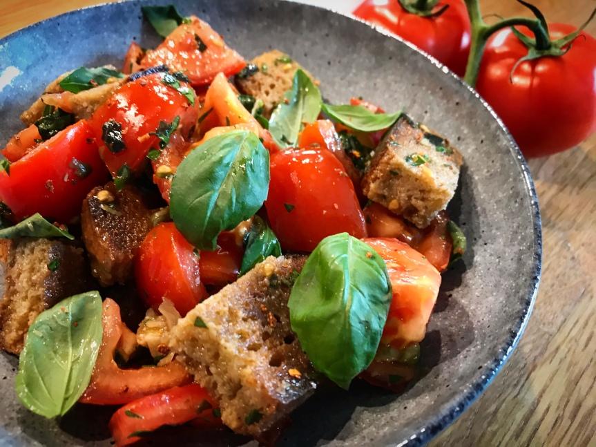 Brot-Salat mit Tomaten undKapern