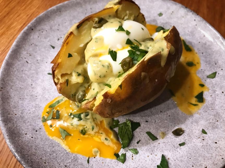 Ofenkartoffel mit Ei undThunfischsosse