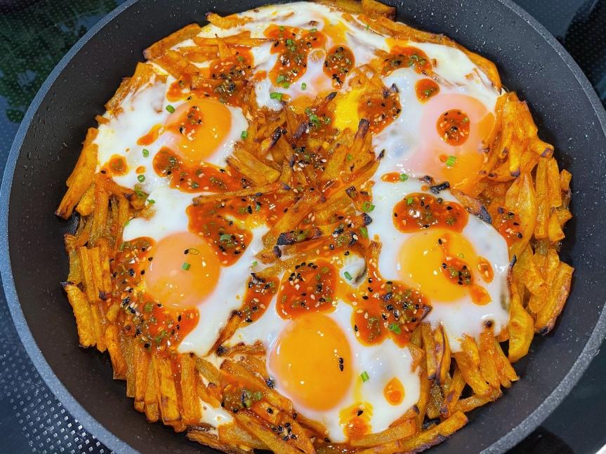 Kartoffel-Sakshuka mit Chili-Eiern
